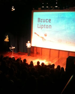 Bruce Lipton på scenen i Oslo Konserthus