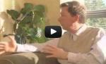 Eckhart Tolle på en benk i en park (video)