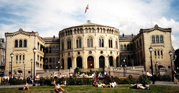 Stortingsbygningen. Fra 1884 har Norge hatt et parlamentarisk system, som betyr at regjeringen er avhengig av Stortingets tillit. ©KF-arkiv - fri lisens